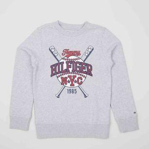 Cool sweatshirt från Tommy Hilfiger, sparsamt använd! Passar både XS & S!  Kan gå ner till 300kr vid direkt & smidig affär!  Dm vid intresse/köp