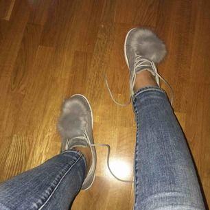 Gråa skor med en boll på. Använda 2 ggr, ser helt nya ut.