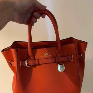 Väska från Lindex i korall orange, använd 2-3 ggr