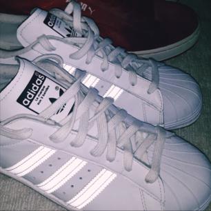 Brand new supercleana Adidas Superstars Reflex strlk 44,5 (US 10,5). Säljes för ynka 449 kr.  Röda Puma leather retroskor stlk 44,5 (US 10,5). Säljes för så lite som 189 kr.