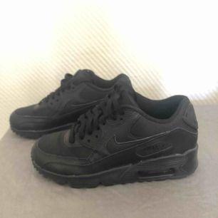 Säljer mina Nike Air max 90 då jag knappt använder dom, använda kanske 3-4 ggr så de känns nya.