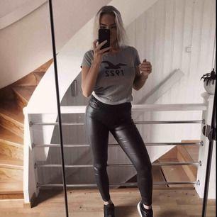 Snygg basic T-shirt från hollister, grå med blå fågel, väldigt skönt material!  🗯Frakt tillkommer om det ska skickas, fraktar alltid med video/bildbevis!🗯