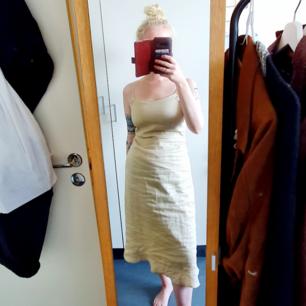 Finaste klänningen från Vila i 100%linne🌻 Fint skick! Har justerbara axelband, dragkedja i ryggen, liten volymdetalj i botten och markering under brösten. Skriv om ni undrar något mer :-)   Skickar för 63kr eller möts upp i Stockholm🌻