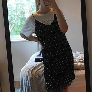 Snygg prickig klänning från h&m💕Lite tunnare klänning med spets ned till, använd max 3 gånger