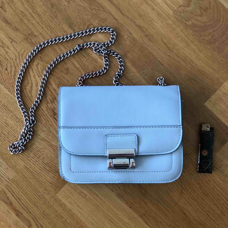 Fin väska som jag inte använder längre, lite nött på silverdetaljerna men annars i bra skick!  18x15 cm, skinnimitation. Betalning vi swish, köpare står för frakt. . Väskor.