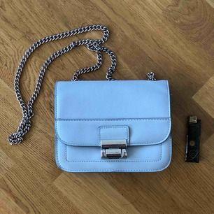 Fin väska som jag inte använder längre, lite nött på silverdetaljerna men annars i bra skick!  18x15 cm, skinnimitation. Betalning vi swish, köpare står för frakt.