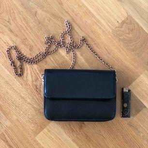 Fin liten väska som är köpt utomlands. Lite skavt på gulddetaljerna och en söm inuti som är lite trasig men inget som stör.  17x15cm, skinnimitation. Betalning via swish och köpare står för frakt!