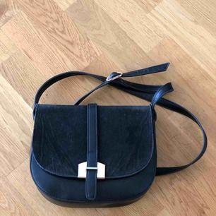 Superfin väska i perfekt storlek. 25x20 cm.  Köptes i Danmark så vet tyvärr inte märke. Skinnimitation.  Betalning via swish och köpare står för frakt.