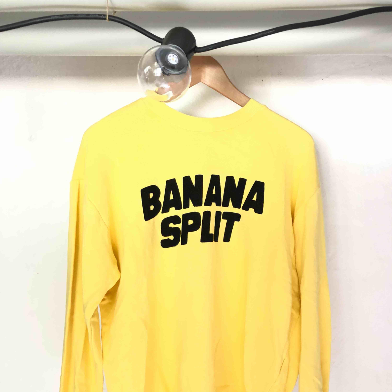 Skön sweatshirt från Zara i storlek S passar även M! Mycket sparsamt använd. Frakt tillkommer.. Tröjor & Koftor.
