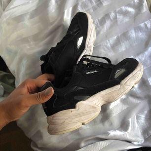 Adidas Falcon svart vit använda
