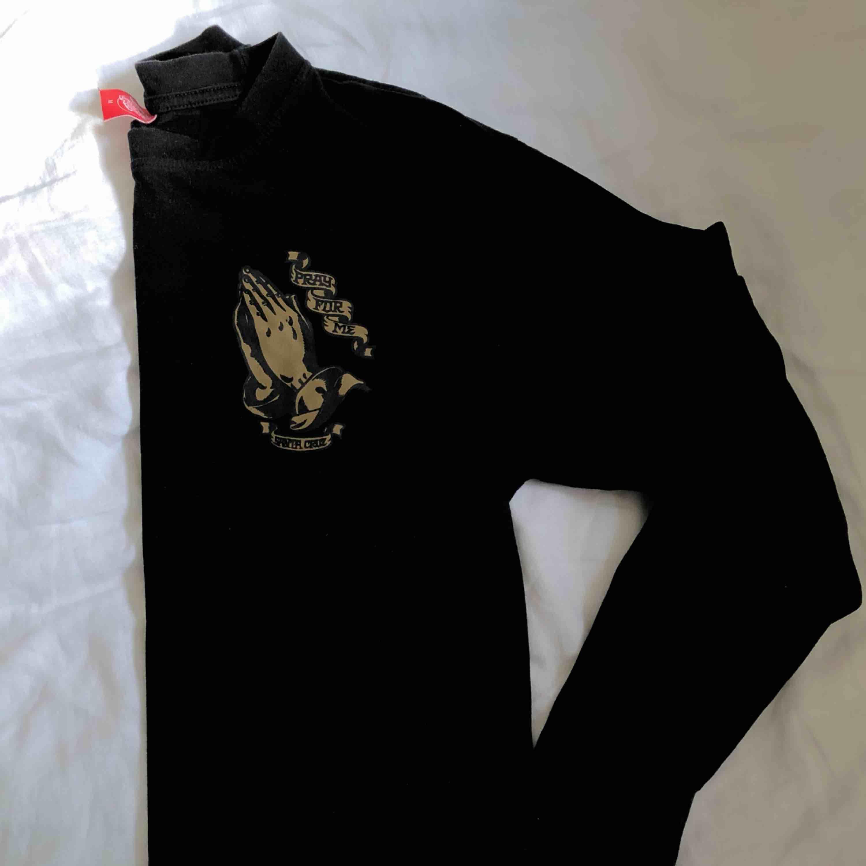 Långärmad T-shirt från Santa Cruz med stort märke på ryggen. Storlek M men passar S. Mycket sparsamt använd.. Tröjor & Koftor.