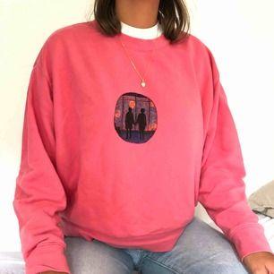 Sweatshirt från Weekday med custom made tryck på framsidan med textilpennor. Storlek S sparsamt använd, frakt tillkommer🎈