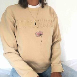 Sweatshirt från Monki mycket skön inuti. Tryck gjort med textilpennor på framsidan☺️