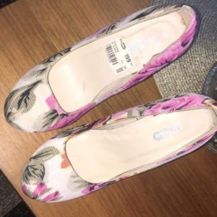Jätte finna blommiga klackar som jag har köpt från din sko för 199kr och säljer de för 100kr. Köparen står för frakt.