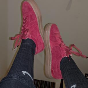 Röda Axel Arigato suede leather platform skor. Jättefina och i finfint skick, Storlek 37. Pris kan diskuteras speciellt vid snabb affär, Original pris- 1600:- Hör av er!