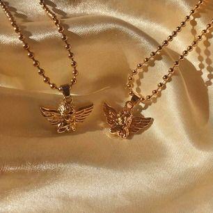 Hey guys!😭💓✨ BB är ett företag som kommer att sälja olika halsband och det här är mitt första mini ängel halsband, gör nu ett litet intresse koll så det finns ett begränsat antal! Frakt ligger på 14:-✨🌸 Finns även på instagram @belezabox 💖💓