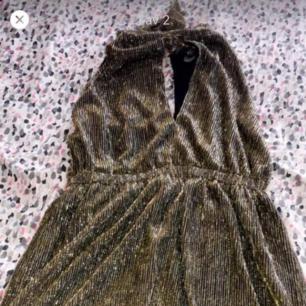 En jätte fin festklänning glittrig guldfärgad, köpte den för 499kr men säljer den för 280kr använd 1 gång. Köparen står för frakt.