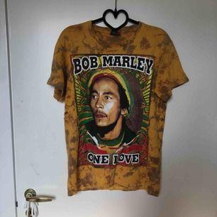 Snygg tiedye tröja med tryck på både framsida och rygg av Bob Marley, har ett litet hål i ena sidan se sista bilden