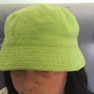 Super söt grön bucket hat köppt på second hand! finns tyvär inget märke då lappar är avklippta, den är i välldigt bra skick, frakt tillkommer :)