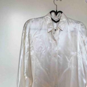 Skitsnygg vit siden skjorta, säljer då jag behöver pengarna