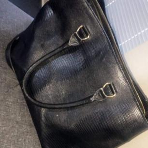 En ny väska som är använd par gånger den är stor i storleken, köpte den för 350kr men säljer den för 180kr. Köparen står för frakt.