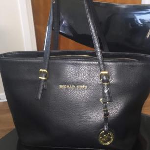 MK väska som är fortfarande i bra skick men kedjan är lite trasig köpte den för 500kr men säljer den för 150pga kedjan annars så är den jättefin. Köparen står för frakt.