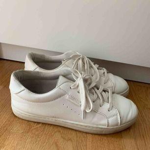 Vita sneakers från Anna field. Ser lite skitiga ut men är i fake skinn så dem är väldigt lätta att tvätta, till skillnad från tygskor. Väldigt bekväma men kommer knappt till användning. I fint skick, endast lite slitna på sulan.