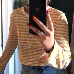 Randig tröja från Monki, använd MAX 5 gånger. Jättefin men inte min stil :/
