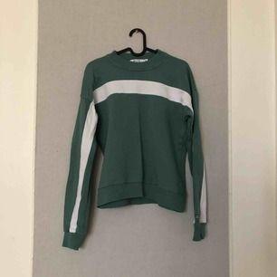 Snygg sweatshirt från Nakd!! Knapp använd💕💕 priset kan diskuteras! Frakt tillkommer