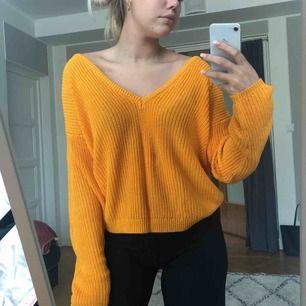 Fin stickad tröja från nakd! JÄTTEfin gul/orange färg!! Använd men inte utsliten! Kan ha den åt båda håll💕💕 priset kan diskuteras, frakt tillkommer
