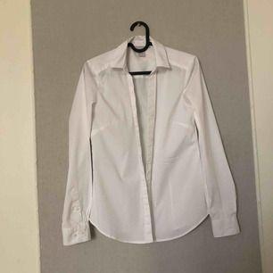 Vanlig basic vitskjorta från hm!! Säljer för den är för liten💕 frakt tillkommer