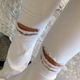 Svinsköna och snygga vita bootcut/flare jeans från dr.denim! Helt oanvända pga att dom är för långa för mig, och nu också för små. De är i helt nytt skick då dom legat i en påse i 2 års tid😅 köptes för 499 så jag säljer för halva priset!