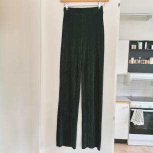 Gröna plisserade byxor med resår i midjan från Bik bok, strl xs, frakt ingår i priset 💚