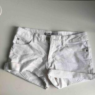 vita shorts från cubus, köpta för 2 år sedan och aldrig använda sen dess  frakt tillkommer