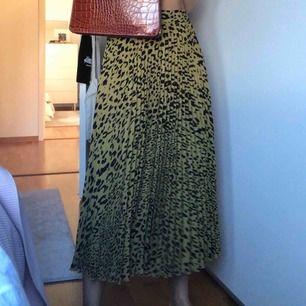 Fin mönstrad kjol från weekday köpt i våras! Använd 2 gånger... Frakt tillkommer på 40 kr✨ (nypris var 400)