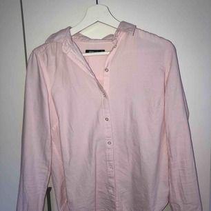 Rosa skjorta från Gina Tricot. Använd ett fåtal gånger, frakt ingår