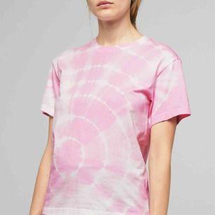 Super trendig tie dye tröja från weekday. Helt oanvänd, endast tvättad. Frakt ingår i priset. 💕 (storlek XS, men passar nog XS-M beroende hur man vill att det ska sitta)