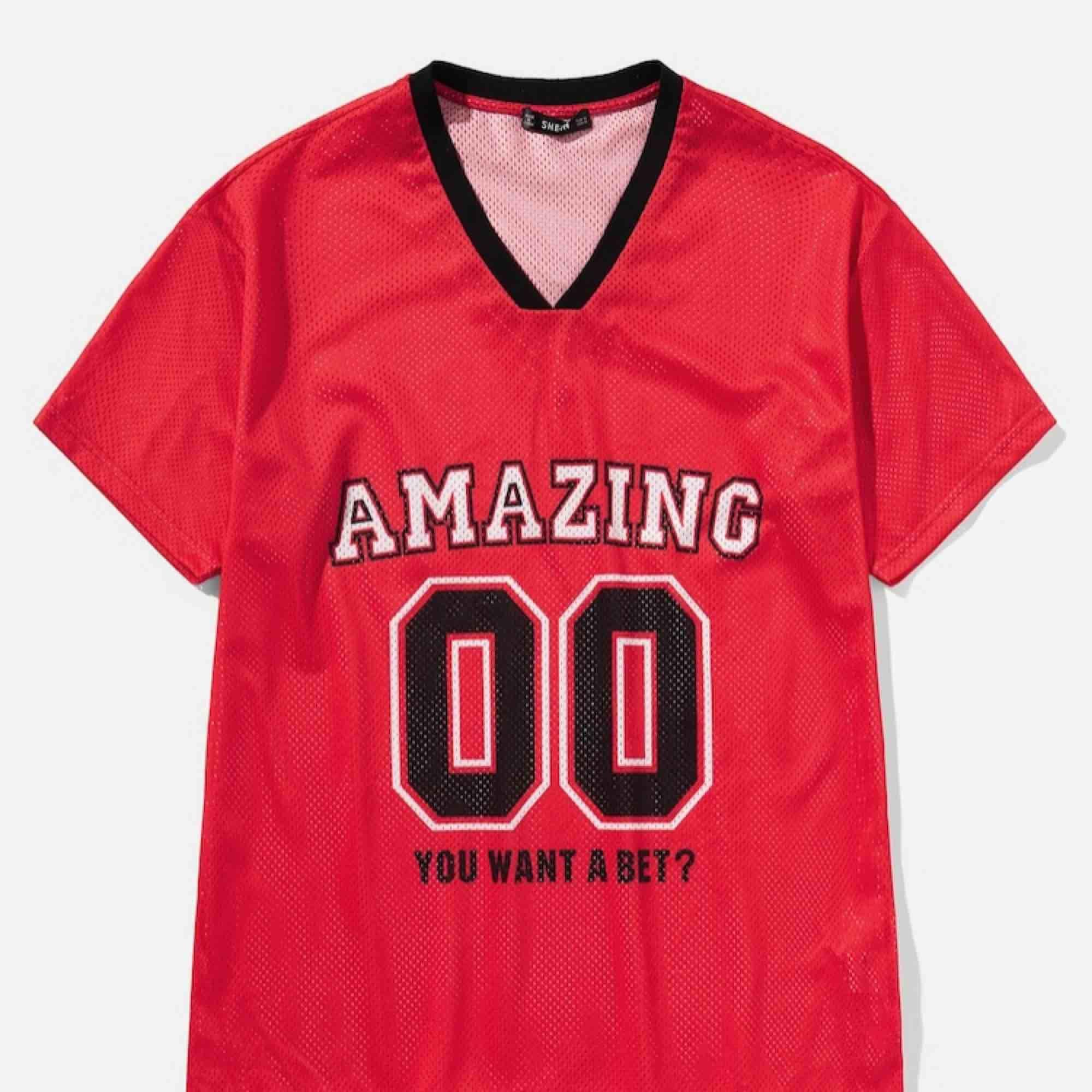 nästan oanvänd tröja från shein, man kan styla den på många olika sätt. sitter oversize på en S  frakt tillkommer. T-shirts.