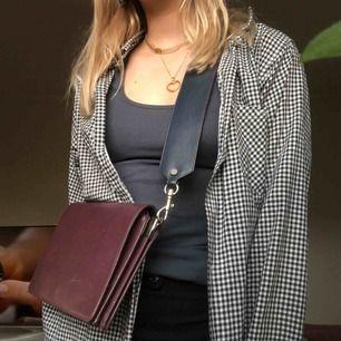 Skitsnygg väska i läder från & other stories! Köpt förra året☺️ den har många bra fack och har avtagbart axelband som är grönt på andra sidan. Fint skick! Priset går att diskutera :)