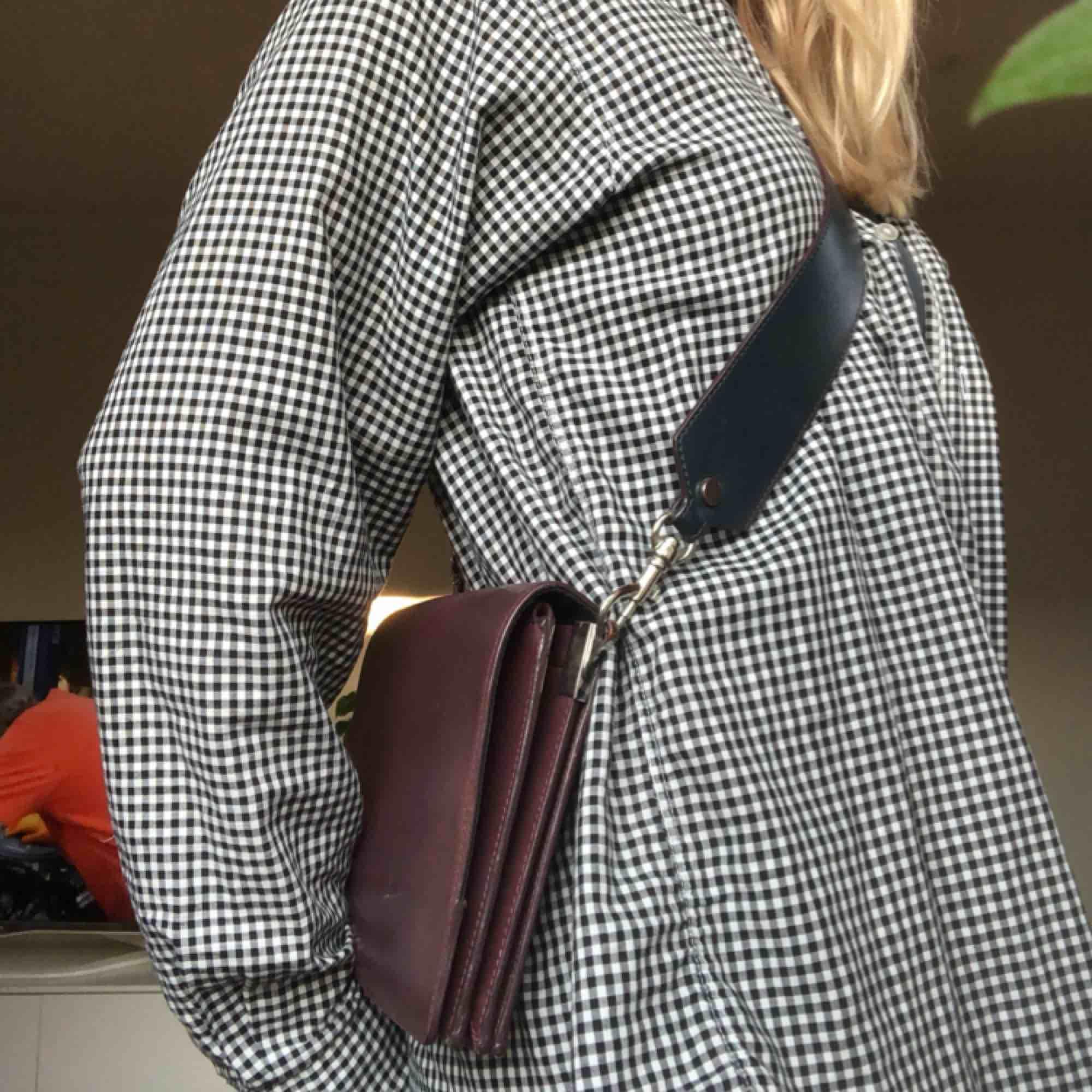 Skitsnygg väska i läder från & other stories! Köpt förra året☺️ den har många bra fack och har avtagbart axelband som är grönt på andra sidan. Fint skick! Priset går att diskutera :). Väskor.