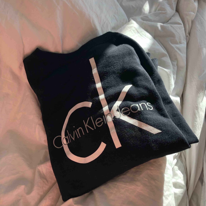 Svart tjocktröja från Calvin Klein strl S. Aldrig använt, bra skick! Frakt tillkommer🖤. Tröjor & Koftor.