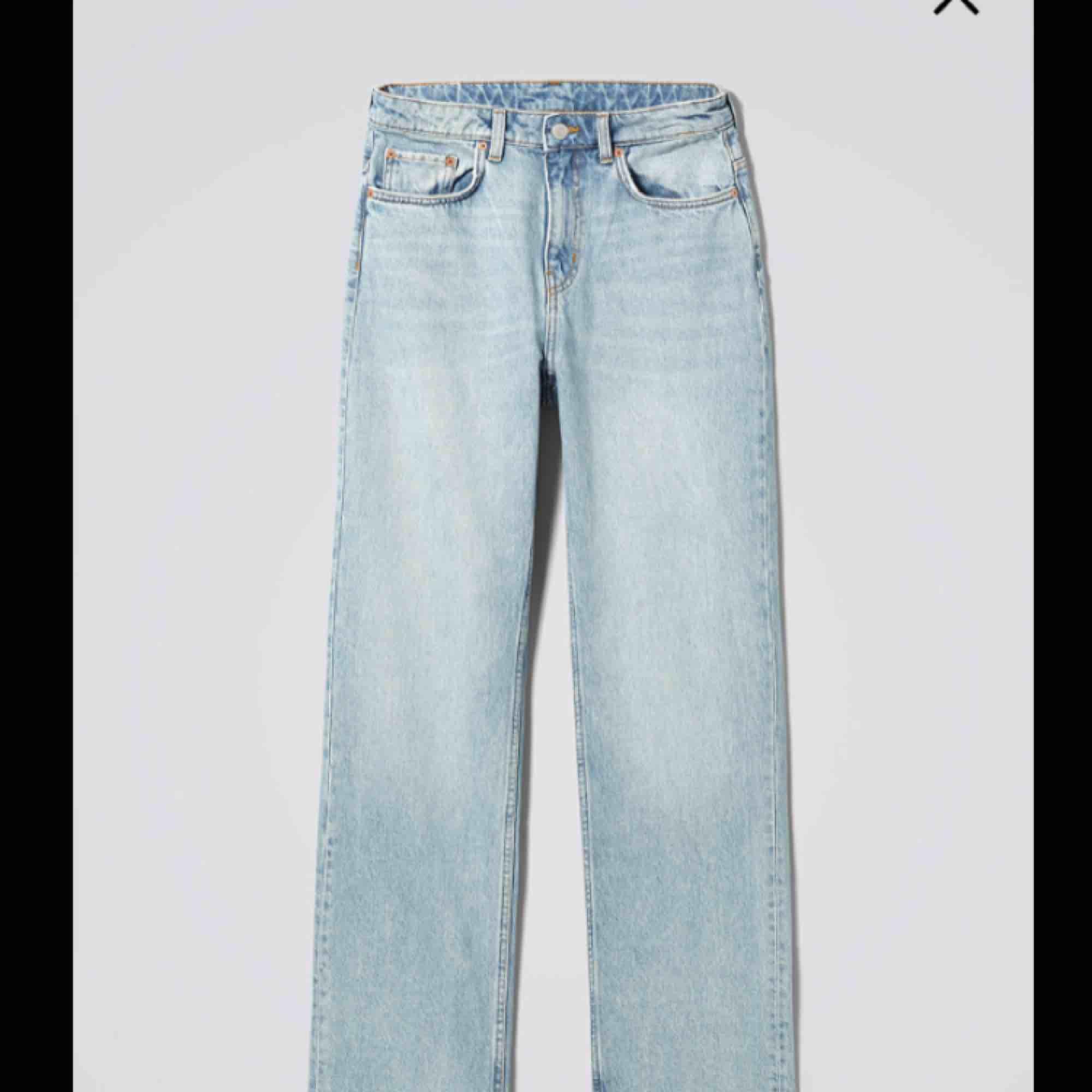 """Jeans från weekday i modellen """"voyage"""". Lite mom-jeans fit, verkligen superfina men tyvärr har de blivit lite små så nu måste de tyvärr gå vidare👖skulle nog säga att dessa passar på en person som vanligtvis har storlek XS/S. Jeans & Byxor."""