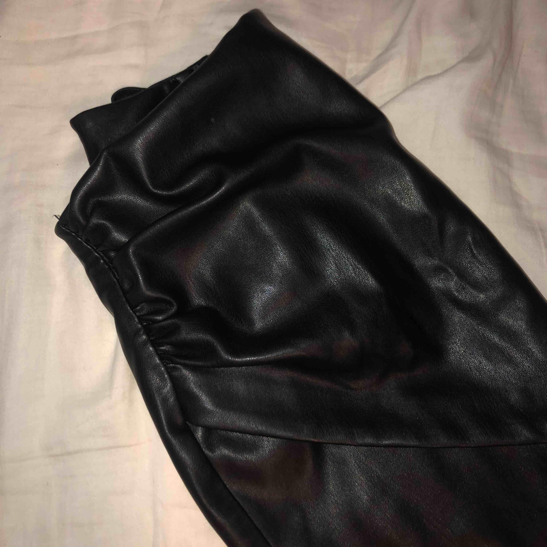 Snygg festkjol i läder från Zara! Använt ett fåtal gånger. Frakt tillkommer🖤🖤. Kjolar.