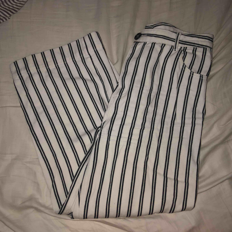 Jättefina byxor från Monki men är förstora så därför jag säljer! Knappt använda. Frakt tillkommer🖤. Jeans & Byxor.