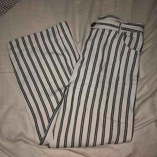 Jättefina byxor från Monki men är förstora så därför jag säljer! Knappt använda. Frakt tillkommer🖤