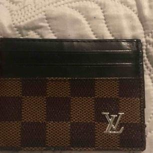 En liten fake Louise Vuitton korthållare mycket fint skick. Knappt använd. Bud börjar på 150kr. Fraktkostnaden blir 10kr annats kan jag mötas upp i Stockholm