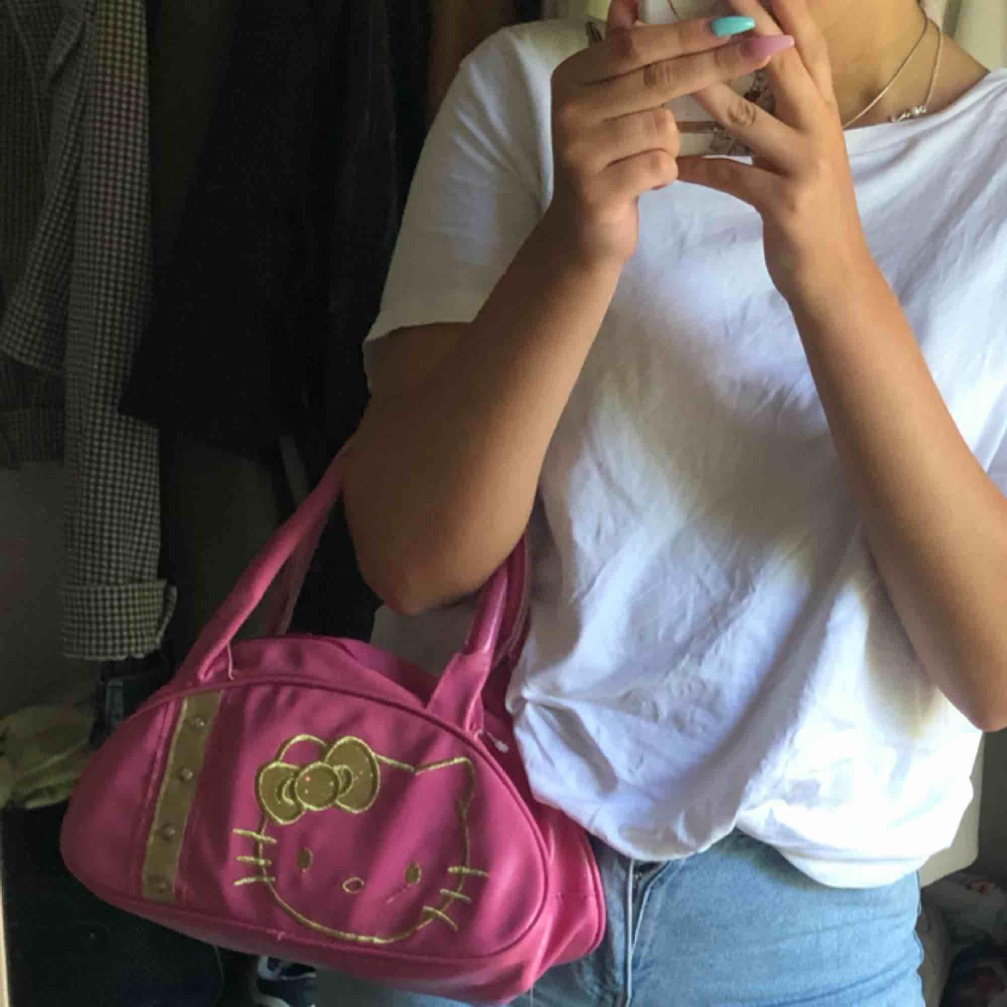 Säljer denna utsöta hello Kitty väskan:)💓. Accessoarer.
