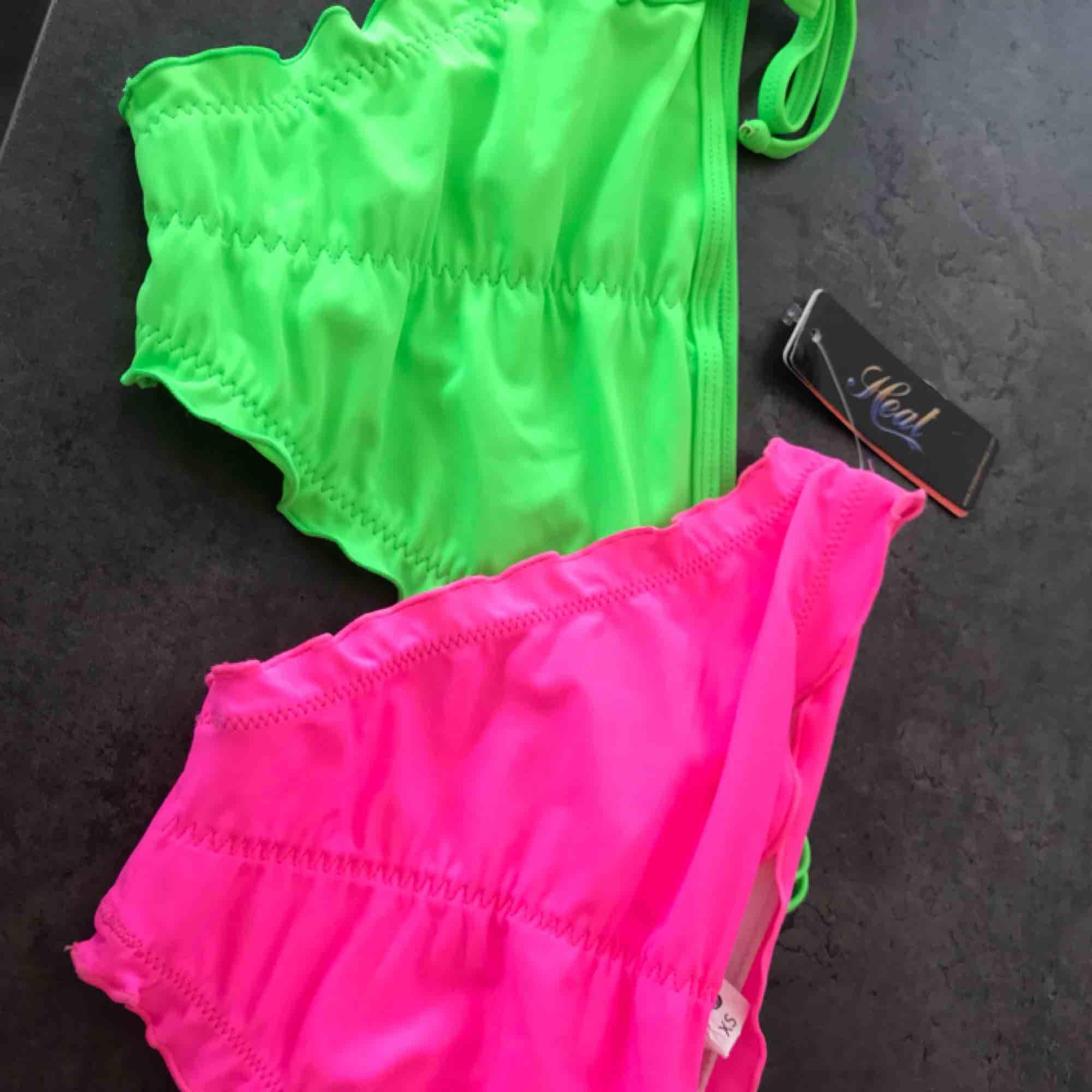 Två par helt nya neon bikinitrosor med lapp kvar! Båda för 80 eller ett par för 50! 💫. Accessoarer.