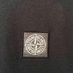 Mörkblå nästan svart stone island t-shirt. Endast använd 2 gånger.