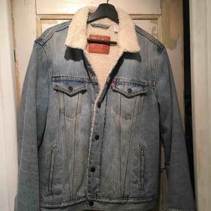 Levi's jacka köpt från beyond retro för ca 1000 kr. Sparsamt använd.
